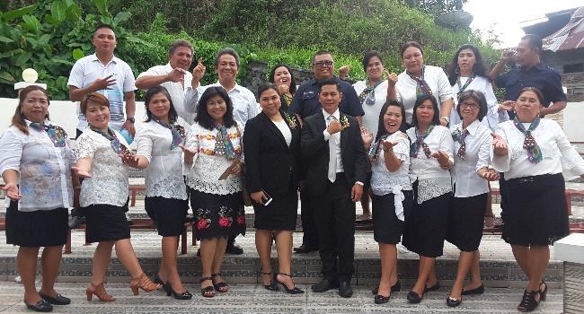 Hukum Tua Desa Sawangan Stendry Wangke didampingi istri serta panitia perayaan HUT desa.