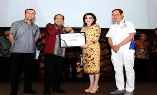 Berhasil Kembangkan UMKM di Minsel, Bupati Tetty Paruntu Raih Penghargaan Natamukti