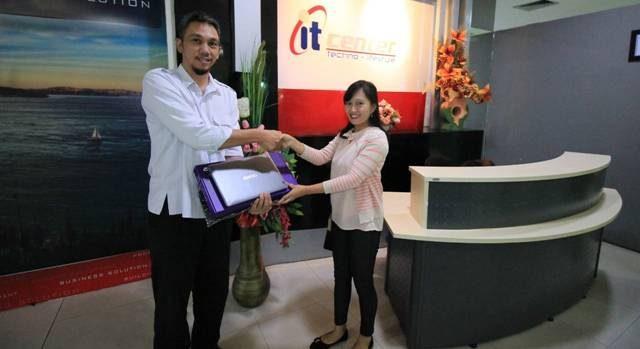 Kezia saat menerima laptop dari Ketua PPRS non Hunian Carol Umboh