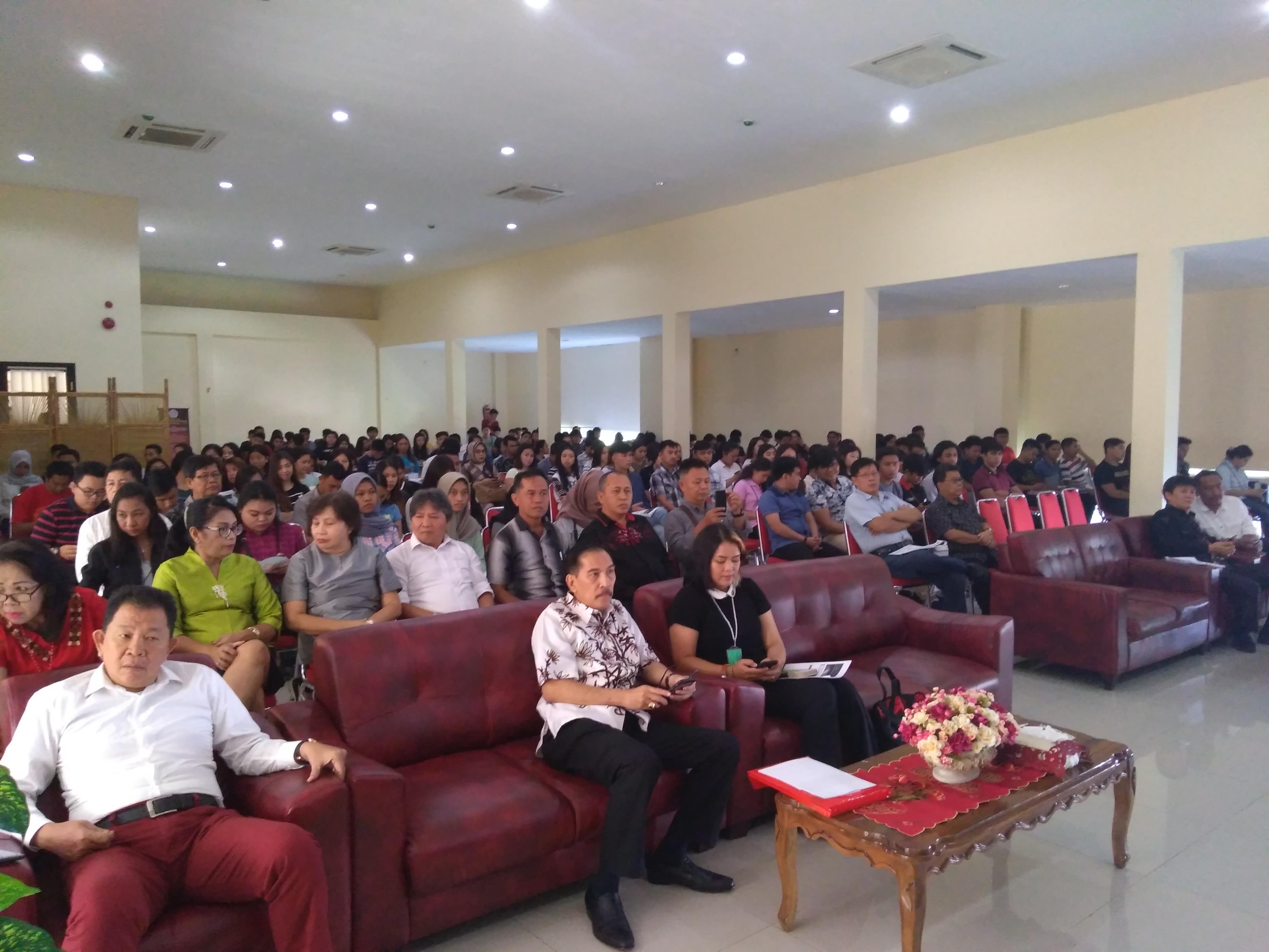 Suasana Menjelang dimulainya Diskusi Publik di FH Unsrat, Selasa (27/11/2018)
