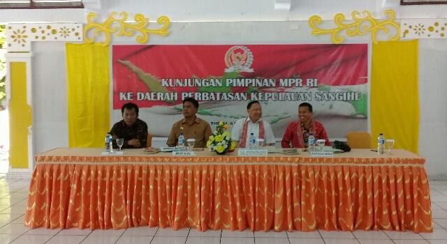 Wakil Ketua MPR RI E E Mangindaan dan Bupati Jabes Gaghana SE ME serta Anggota MPR RI