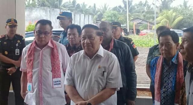 Wakil Ketua MPR RI, E E Mangindaan