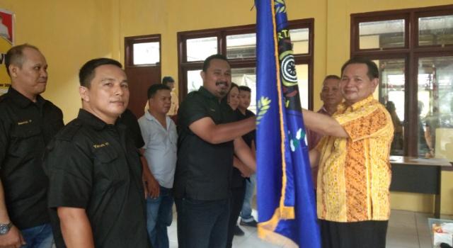 Penyerahan Panji Kepada Ketua PWI Minsel, Douglas Panit SIP