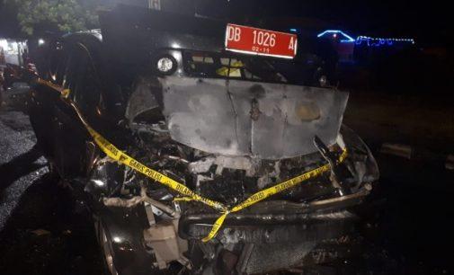 Tabrak Tronton, Mobil Plat Merah Dilalap Api di Depan Petikemas Bitung