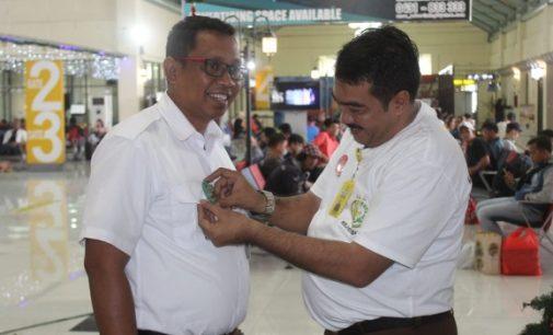 Kejati Sulut Bagi-bagi Bunga, Pin dan Stiker di Bandara Sam Ratulangi, Ini Alasannya