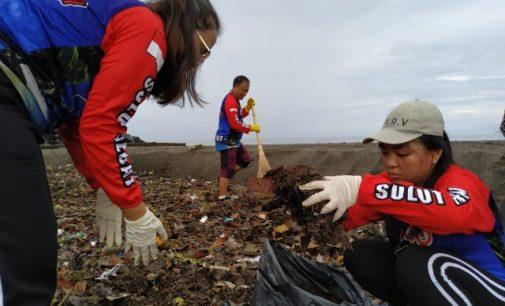 Peduli, Kantor Imigrasi Kelas I TPI Manado Bersihkan Sampah di Muara Sungai Sario