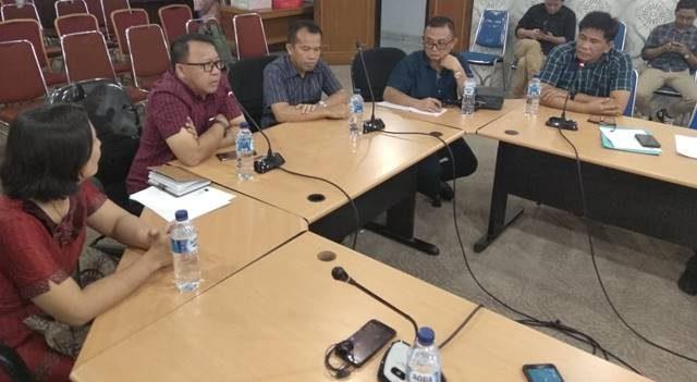 Pdt Lucky Rumopa saat memimpin rapat bersama FKUB dengan Kemenkumham di Ruang WOC Pemprov Sulut