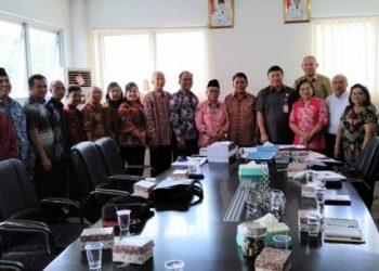 Sekda Minut Ir Jemmy Kuhu menerima kunjungan BKSAUA dan Biro Kesra Setdaprov Sulut, di ruang kerjanya, Selasa (12/3/2019).