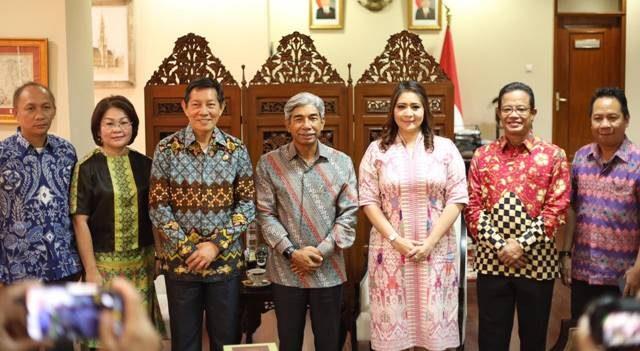 Foto bersama rombongan Wali Kota Manado Vicky Lumentut bersama Wamenlu RI