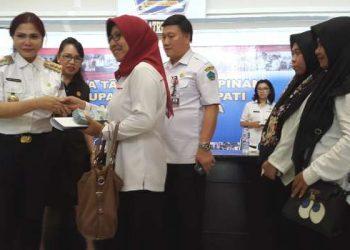 Bupati Minut Vonnie Panambunan menyerahkan bantuan bagi kontingen STQH.