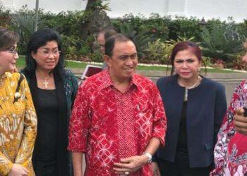 Bupati Minut Vonnie Panambunan bersama Gubernur Sulut Olly Dondokambey.