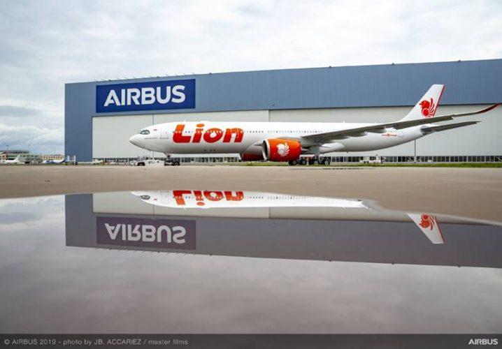 A330 900 Lion Air MSN1926 diluncurkan dari fasilitas pengecatan pesawat