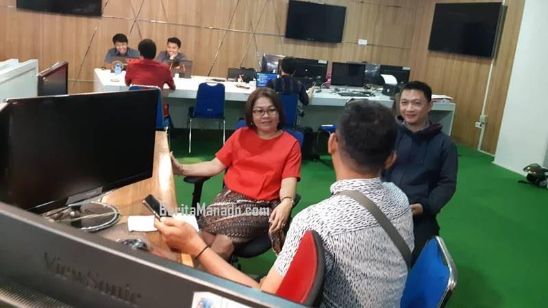 Liny Tambayong saat diwawancarai wartawan BeritaManado