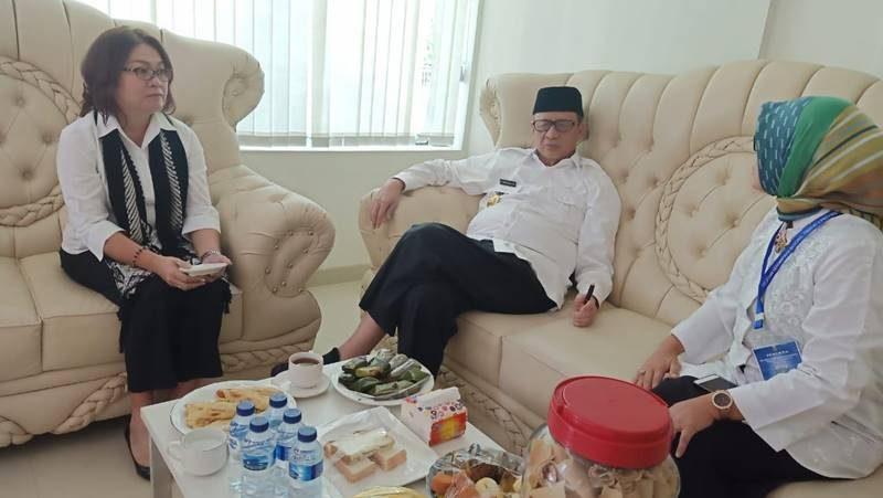 Dr Liny Tambayong ST MSi (kiri) saat bertemu dengan Gubernur Banten Dr H Wahidin Halim MSi