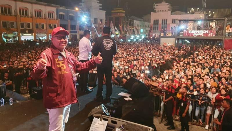 Pdt Lucky Rumopa saat Konser 55 Sulut Hebat di lapangan Mega Mas Manado
