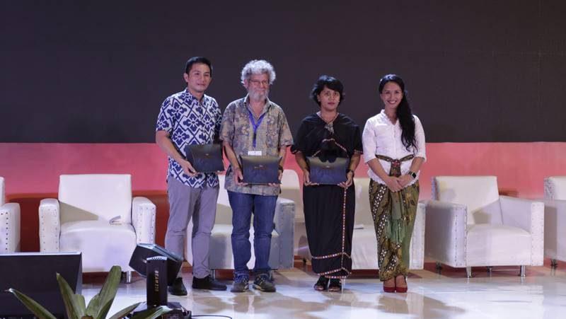 Pembicara dan Fasilitator Pleno 1 sesi 2: Kiri ke Kanan: Bpk. Albert Pramono (Accossa), Bpk. Thomas JF Goreau, PhD (Penasihat Ilmiah Biorock Indonesia), Ibu Lita Hutapea (Conservation International), dan Ibu Madeleine Sophie (ASTINDO)