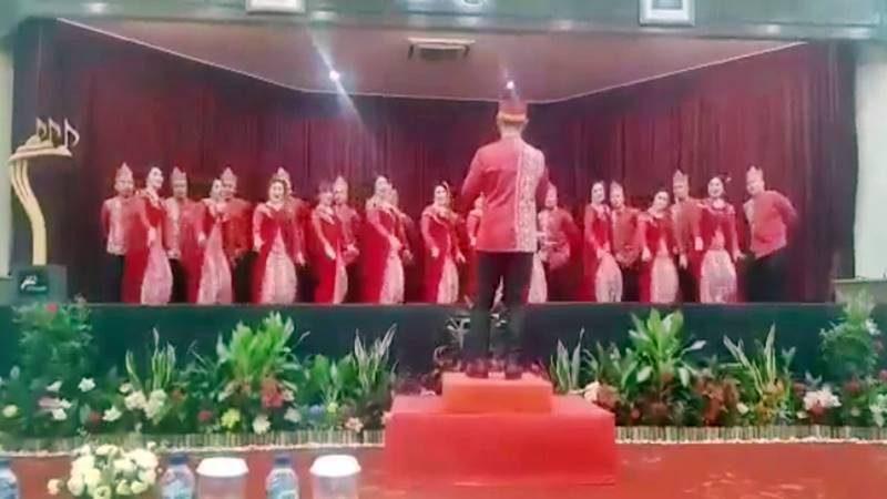 Penampilan Bank SulutGo Choir diatas panggung