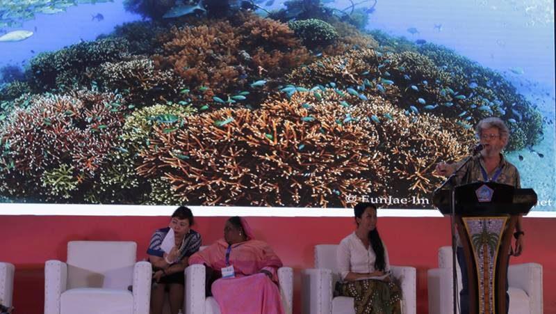 Thomas J.F. Goreau, PhD menunjukkan hasil restorasi laut secara inovatif menggunakan Teknologi Biorock yang dapat membantu meningkatkan Ekonomi Biru dan sudah terbukti selama hampir 20 tahun di Indonesia
