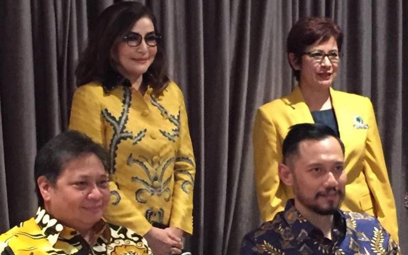 Airlangga Hartarto dan Agus Yudhoyono didampingi Christiany Eugenia Paruntu dan Nurul Arifin