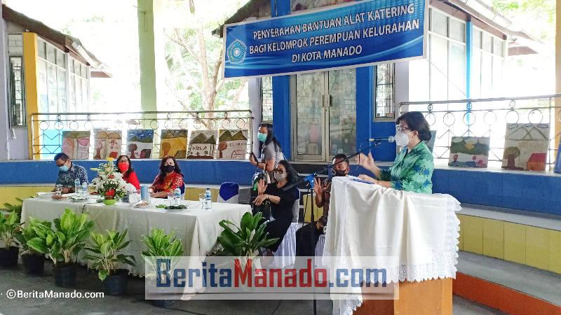 Paula Runtuwene saat sambutan pada acara penyerahan bantuan alat katering bagi perempuan kelurahan di Kota Manado dari TP PKK Sulut.
