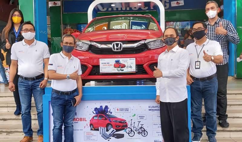 Presiden Direktur itCenter, Jemmy Asiku bersama para petinggi BRI Wilayah Manado, foto bersama di depan hadiah mobil. Foto: ist.