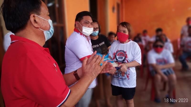 Ketua Relawan Milenial Sahabat Olly Steven Primanesa didampingi Penanggung Jawab Sahabat Olly Steven berbagi kasih dengan Komunitas Disabilitas Paal 4 Manado.