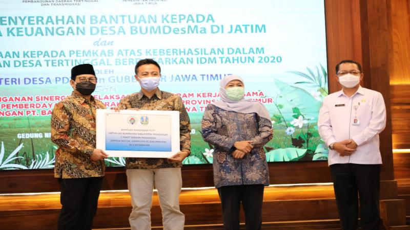 Mendes PDTT Abdul Halim Iskandar menyerahkan bantuan 1 unit komputer dan sepeda motor kepada 16 BUMDesma