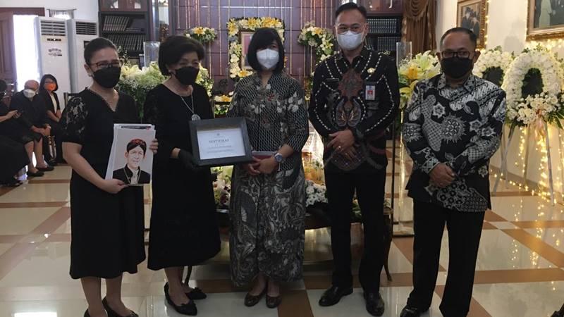 Penyerahan karya tulis terakhir Dr SH Sarundajang bersama Pri Utami dan sertifikat tanda penghargaan dari UGM