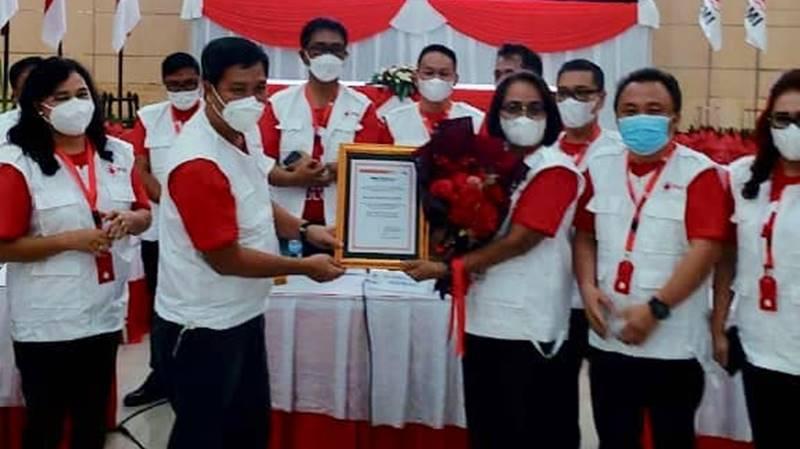 Ketua PMI Sulut, Drs Steven Kandouw memberikan penghargaan keopada Annie Dondokambey SH MH, Ketua Tim Giat Donor Darah PMI Sulut)