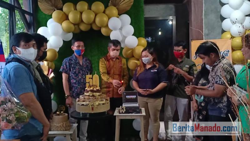 emasangan lilin ulang tahun ke-13 pimpinan dan staf BeritaManado.com.