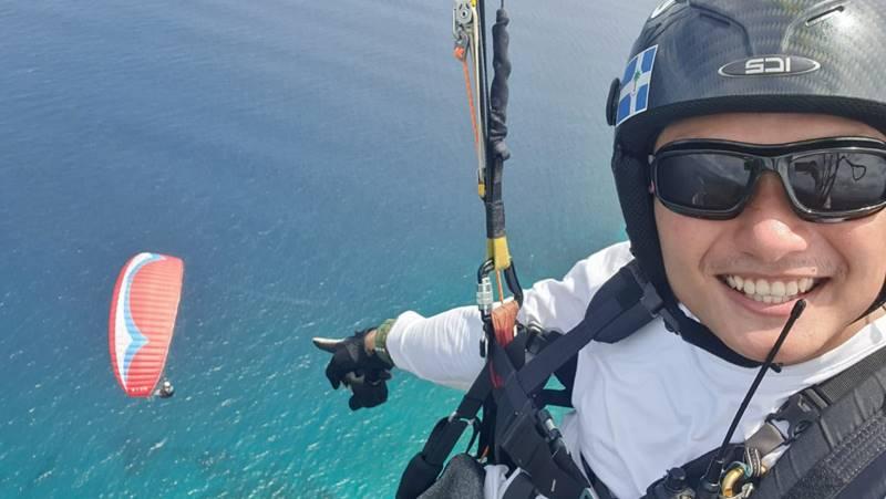 Pilot Paralayang Andrew Wauran