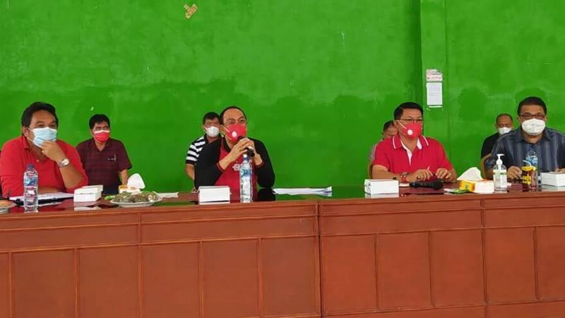 Bupati Minahasa Dr. Ir. Royke Octavian Roring MSi IPI Asean Eng, Jumat (7/5/2021) melakukan tatap muka dengan sejumlah awak media di Tenis Indoor Sasaran Tondano