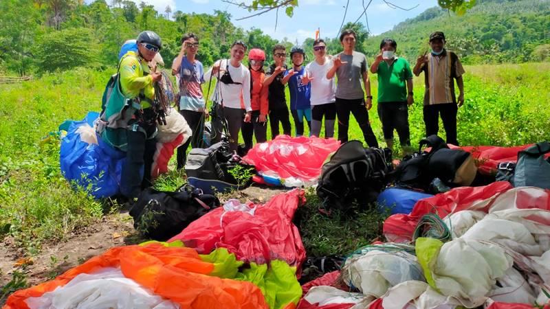 Tim Eksplor Paralayang Likupang delapan pilot sukses melakukan penerbangan dari bukit yang diusulkan Bupati Joune Ganda
