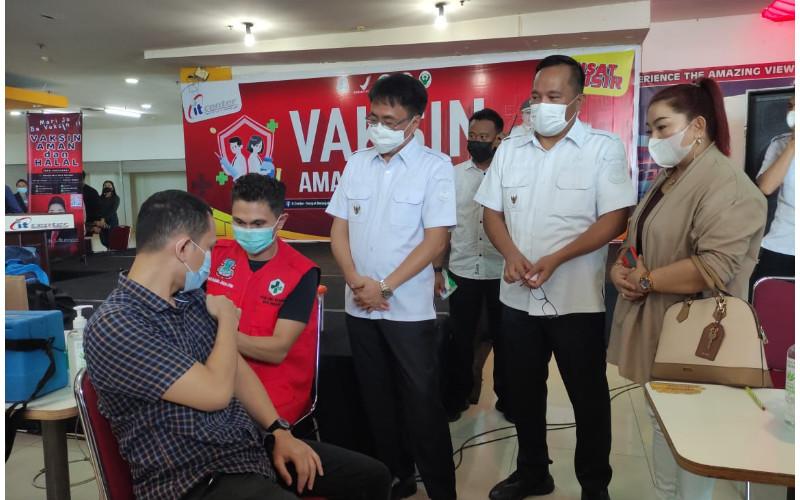 Wali kota Manado Andrei Angouw dan Wakil Wali kota Richard Sualang bersama jajaran ikut meninjau langsung kegiatan vaksinasi di itCenter Manado, Rabu (16/6/2021)
