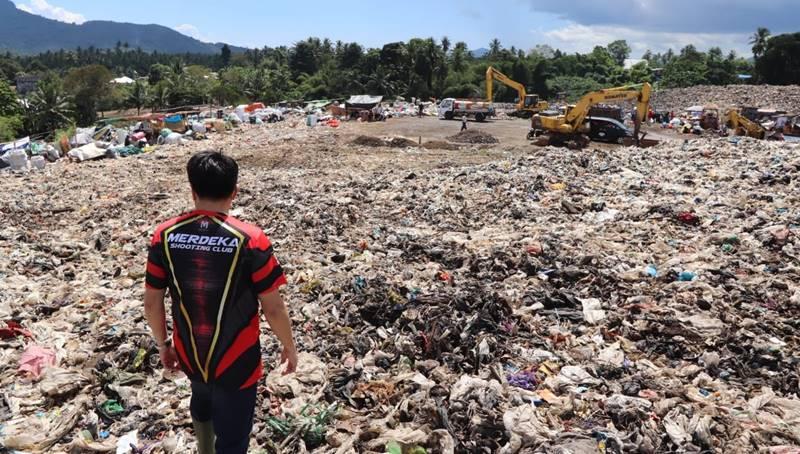 Wali Kota Manado, Andrei Angouw saat berada di TPA Sumompo