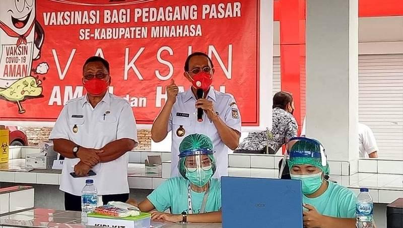 Bupati Royke Roring dan Wakil Bupati Robby Dondokambey saat meninjau kegiatan vaksinasi pedagang Pasar Tondano (foto IST).
