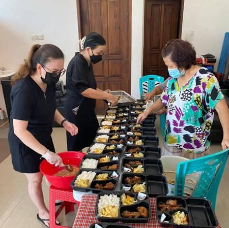 Mantan first lady Sulawesi Utara 2005-2015, Deetje Laoh Tambuwun turut ambian bagian menyiapkan makanan (foto ist).